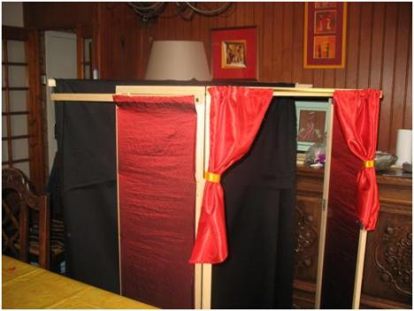 castelet pour les marionnettes de toutpetit tpjx tout petits. Black Bedroom Furniture Sets. Home Design Ideas